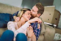 Lyckligt gift folk att köpa den nya lägenheten Parvisningtangenter till det nya hemmet royaltyfria foton