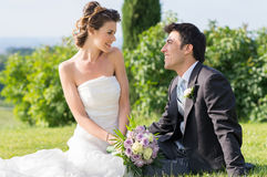 Lyckligt gift par på bröllop Fotografering för Bildbyråer