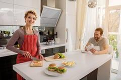 Lyckligt gift par som förbereder den sunda frukosten Royaltyfri Fotografi