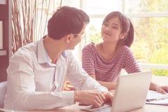 Lyckligt gift par som hårt arbetar på familjeföretag arkivbild