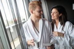 Lyckligt gift par som kopplar av på wellnessbrunnsortsemesterorten arkivfoton