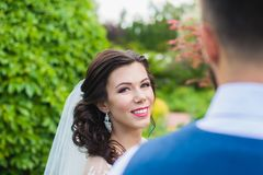Lyckligt gift par som poserar i trädgård royaltyfria bilder
