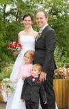 Lyckligt gifta sig nytt familjen Arkivfoto