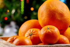 lyckligt glatt nytt år för jul Festlig stilleben med garneringar för julgranen, sörjer tangerin, kottar fotografering för bildbyråer