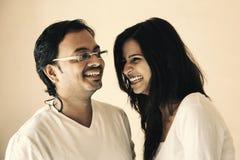 Lyckligt ögonblick av indiska par Arkivbilder