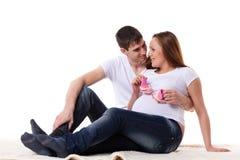 lyckligt gravid för familj Arkivbilder