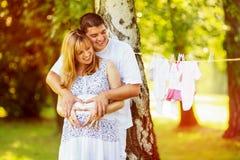 lyckligt gravid för par royaltyfria bilder