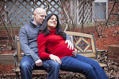 Lyckligt gravid kopplar ihop Arkivfoton