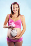 lyckligt gravid le Arkivfoton