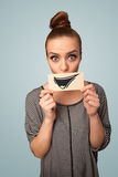 Lyckligt gulligt flickainnehavpapper med den roliga smileyteckningen Fotografering för Bildbyråer