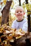lyckligt härligt barn little som är utomhus- Arkivfoton