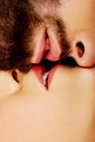 Lyckligt härligt kyssa för par Arkivbilder