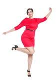 Lyckligt härligt plus formatkvinna i röd klänning med händer upp Royaltyfri Foto