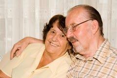 lyckligt högt le för par arkivbild