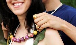lyckligt halsband för pargåva Arkivfoto