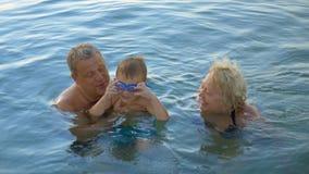 lyckligt hav för familj stock video
