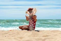 lyckligt hav för strandflicka Royaltyfri Foto