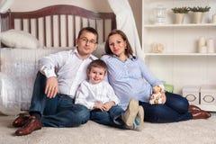 lyckligt home barn för par Royaltyfri Bild