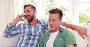 Lyckligt homosexuellt ringa för parmän arkivfilmer