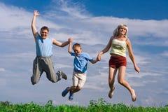 lyckligt hopp för familj Arkivbild