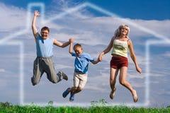 lyckligt hopp för familj Royaltyfri Fotografi