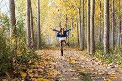 lyckligt hopp i skogen royaltyfria foton