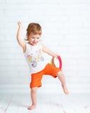 Lyckligt härligt behandla som ett barn dans för flygtur för höft för flickadansaredans Royaltyfri Foto
