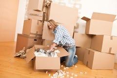 lyckligt hus för ask som flyttar sig packa upp kvinnan Arkivfoto