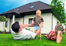 lyckligt hus för familj arkivfoton
