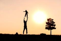Lyckligt i angenäm och gladlynt familjen den natur, Arkivbild