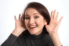 lyckligt I indikerar den lyssnande le kvinnan Royaltyfria Bilder