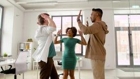 Lyckligt idérikt lag som gör höjdpunkt fem på kontoret lager videofilmer