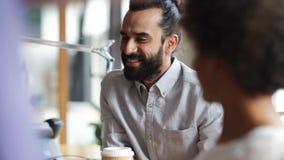 Lyckligt idérikt lag som i regeringsställning dricker kaffe stock video