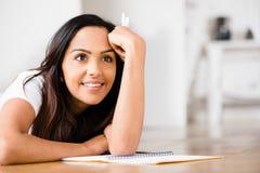 Lyckligt indiskt studera för handstil för kvinnadeltagareutbildning Royaltyfria Bilder