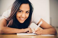 Lyckligt indiskt studera för handstil för utbildning för kvinnastudent Royaltyfria Bilder