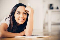 Lyckligt indiskt studera för handstil för utbildning för kvinnastudent Royaltyfri Foto