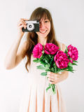 Lyckligt innehav för ung kvinna i handpionbukett och gammal tappningkamera Sött romantiskt ögonblick le kvinna Arkivbilder