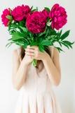 Lyckligt innehav för ung kvinna i handpionbukett rosa kvinna för klänning Sött romantiskt ögonblick Arkivfoton