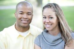 lyckligt interracial för par Arkivbilder