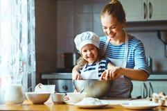 lyckligt kök för familj modern och barnet som förbereder deg, bakar royaltyfria bilder