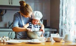 lyckligt kök för familj modern och barnet som förbereder deg, bakar arkivbild