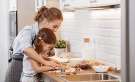 lyckligt kök för familj Stekheta kakor för moder och för barn arkivfoton
