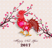 Lyckligt kinesiskt nytt år 2017 av den mån- tuppen - - med firecock- och plommonblomningen Arkivbild