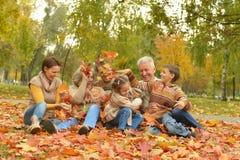 Lyckligt koppla av för familj Arkivbilder