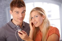 Lyckligt koppla ihop att lyssna till musik via hörlurar Arkivbild