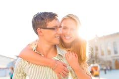 Lyckligt koppla ihop - den bärande kvinnan för manen på ryggen Arkivbild