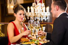 Lyckligt koppla ihop har en romantiker att datera i restaurang arkivbilder