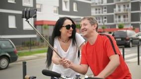 Lyckligt koppla ihop kyssande utomhus De har att vila efter cykelridningen god mood stock video