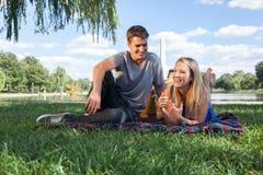 Lyckligt koppla ihop på picknicken i Washington, DC Arkivfoto
