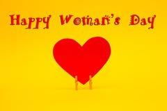 Lyckligt kort för dag för kvinna` s med röd pappers- hjärta på gul bakgrund Royaltyfria Bilder